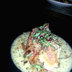 Pollo con una salsa de bacon y finas hierbas