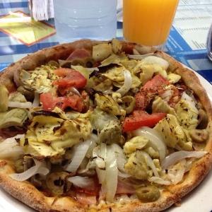 Pizza de vegetales con pollo