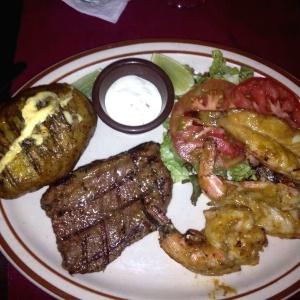 Puyaso con lagostinos asados acompañado con Papa asada y ensala