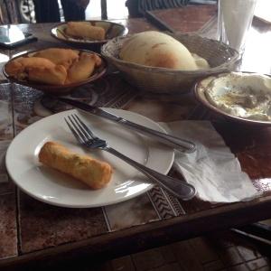 Empanadas de carne, sambusak de queso y labne con ajo y zaatar