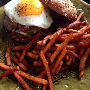 Americana Burger con papitas de Camote con Miel