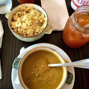 Ensalada de pasta y sopa de lentejas con limonada con raspadura
