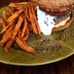 Goat cheese burger/ papitas de camote y miel