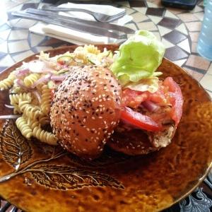 sandwich de pollo con ensalada de pasta