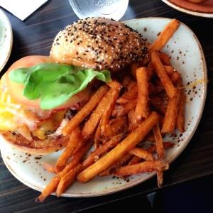 Homestyle burger con papas de camote con miel