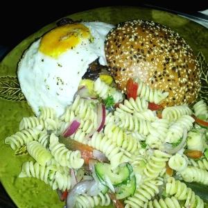 Hamburguesa americana con ensalada de pasta