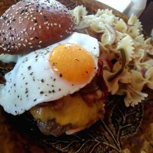 Americana burger con ensalada de pasta