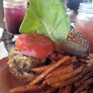 Homestyle burger con papas de camote y miel