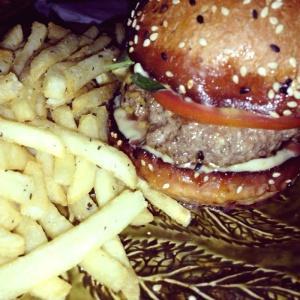 Rosemary Burger (queso parmesano, albahaca, tomate y romero servido en burgerbun)