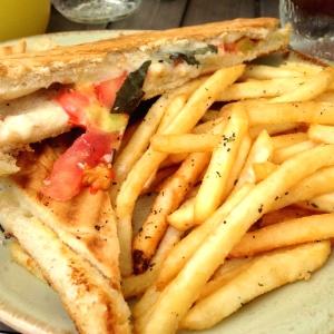 Sandwich a la caprese con papitas al romero
