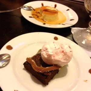 Brownie con helado y Flan