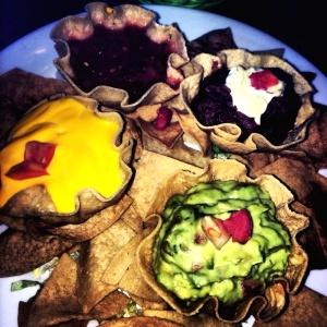 Nachos con guacamole y frijoles