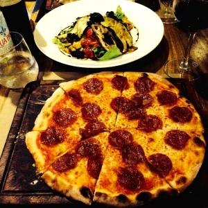 Pizza diavolo, pizza capricciosa y ensalada del campo!!! Yummy!