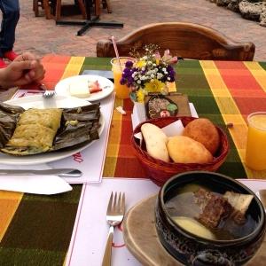 Desayuno caldo de costilla y Desayuno tamal