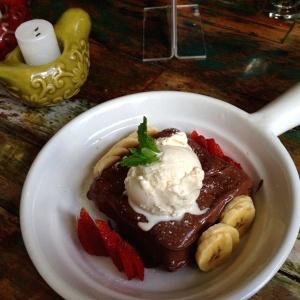 Gofre de nutella con fresas, banano y helado.