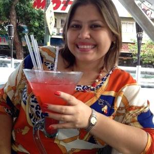 Mi bella esposa disfrutando su gran trago