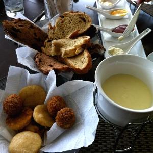 Fondue de queso y cesta de panes!