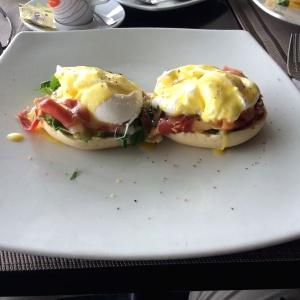 Huevos Benedictinos con jamón serrano y rúgula