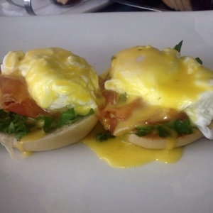 Huevos Benedictinos (eggs poach)