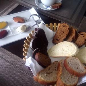 Panes artesanales. Salsas mango, guayaba, mora y queso crema