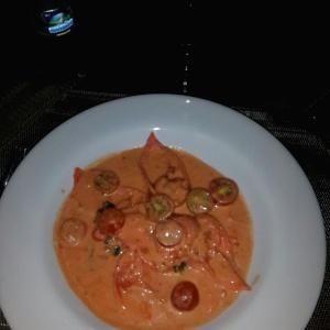 Tortellini de queso de cabra en crema de tomate con tomates cherry