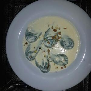 Tortellini de queso brie en crema de pistacho