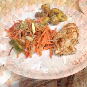 Pechuga de pollo a la plancha, acompañado de vegetales salteados y papas colombianas salteadas en vino blanco y salsa especial