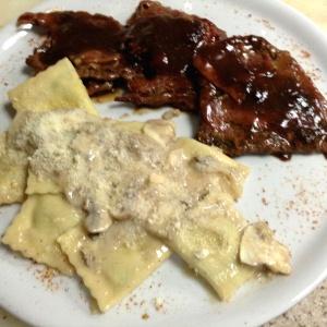 Saltimbocca a la romana, acompañado de raviolis de ricota y espinaca en salsa al champiñón