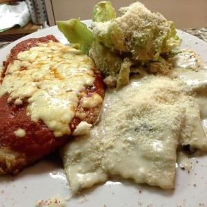 Milanesa de pollo a la parmesana, acompañado de raviolis 4 quesos y ensalada César