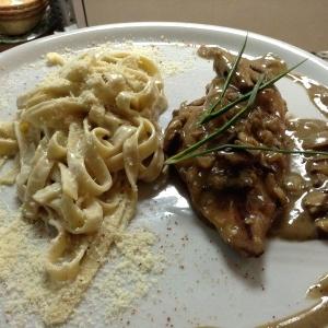 Suprema de pollo al champiñón acompañado de tagliatelli 4 quesos