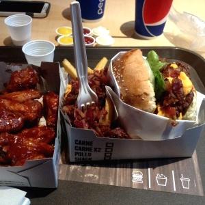 Haburguesa doble. Y alitas. Todo excelente