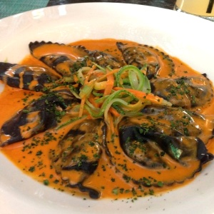 Raviolis negro rellenos de cangrejo